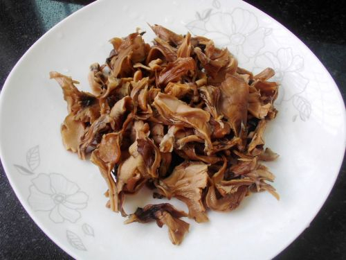 灰树花鲍鱼排骨汤的做法图解3