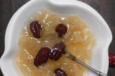 滋补养颜的银耳红枣汤