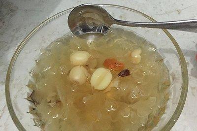 冰糖炖银耳莲子糖水