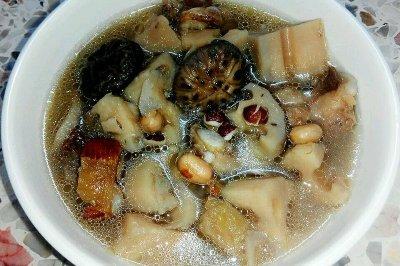 四季莲藕花菇芡实猪骨