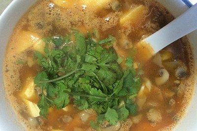 西红柿口蘑虾豆腐汤