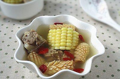 鲜玉米鱿鱼卷猪骨汤