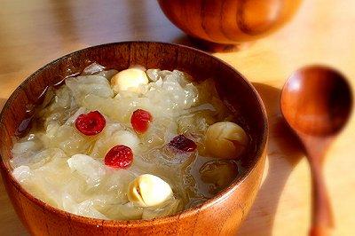 香甜软糯的银耳莲子汤