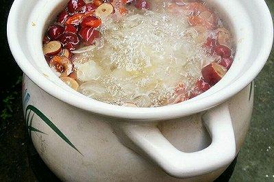 砂锅红枣枸杞百合银耳